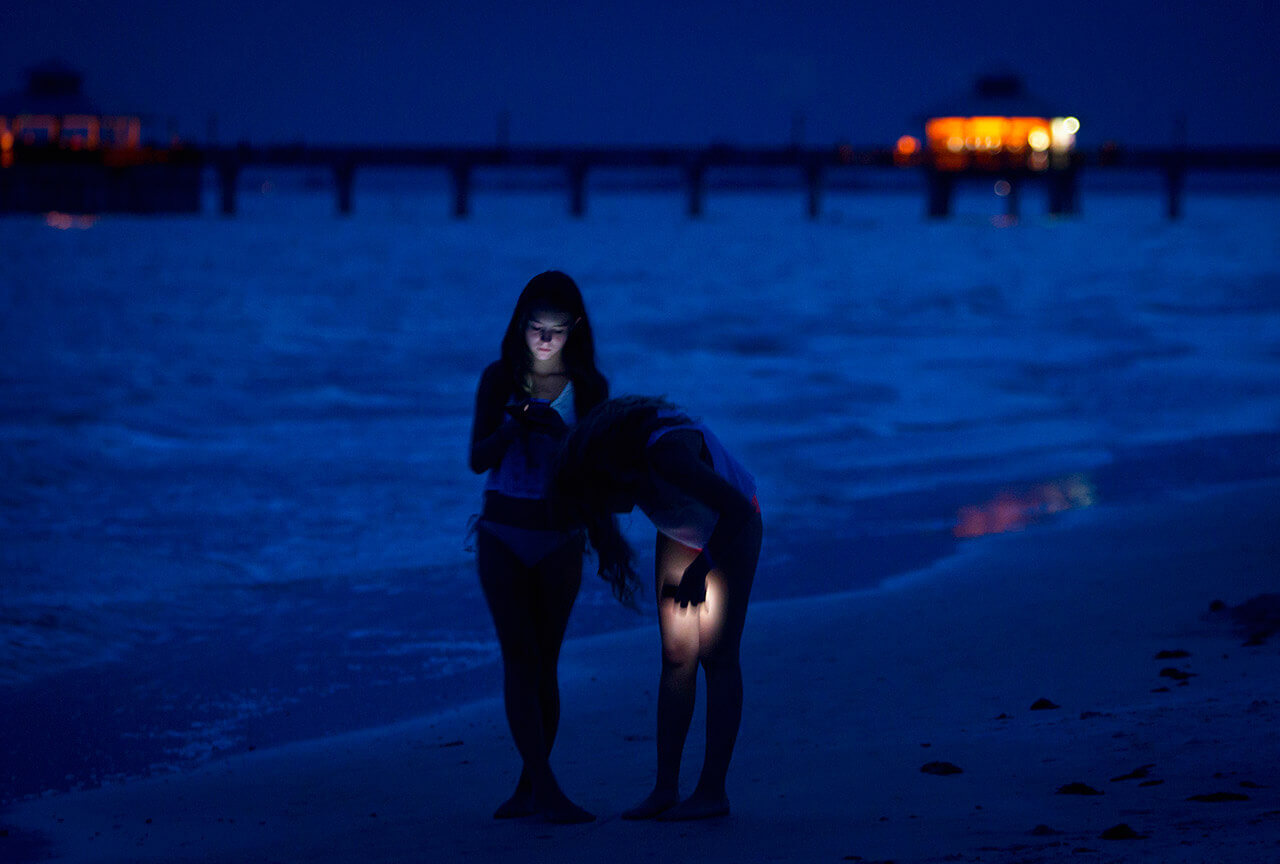 Girls walk with their cell phones along the beach at twilight during the Labour Day long weekend in Ft Myers Beach, Florida August 31, 2014. (Photo by Carlo Allegri/Reuters)