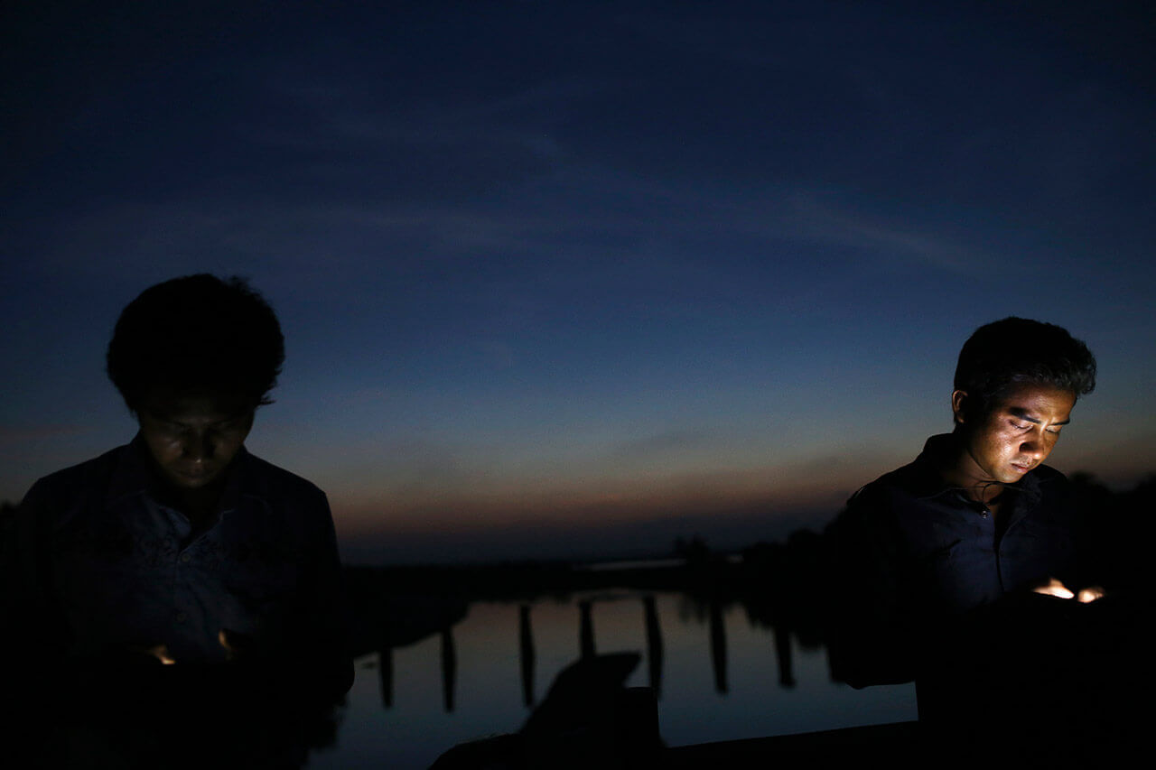 18-year-old Kyaw Min Zin (R) and his friend Chit Naing, both Rakhine Buddhists, surf the internet using a Bangladeshi network at a spot where the phone signal from neighbouring Bangladesh is believed to be received better, in Maungdaw town in northern Rakhine State November 9, 2014. (Photo by Reuters/Minzayar)